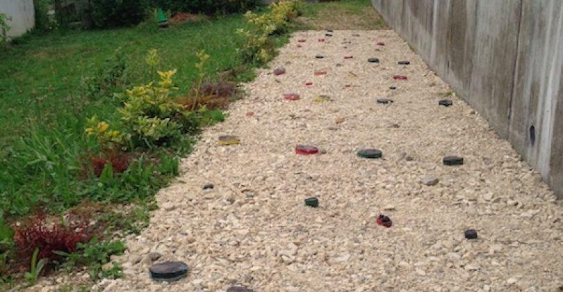 Les employés communaux ont versés des graviers qui a ensuite été recouvert de dallage en poterie réalisé par les élèves.